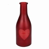 Vaas van rood gekleurd glas met hartje